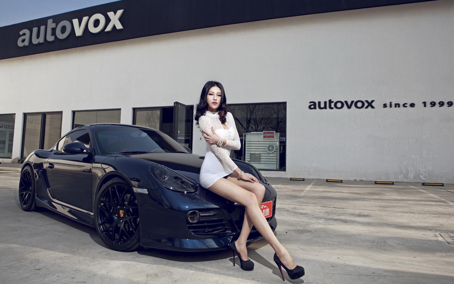 保时捷911改装车美女模特宽屏壁纸高清图片
